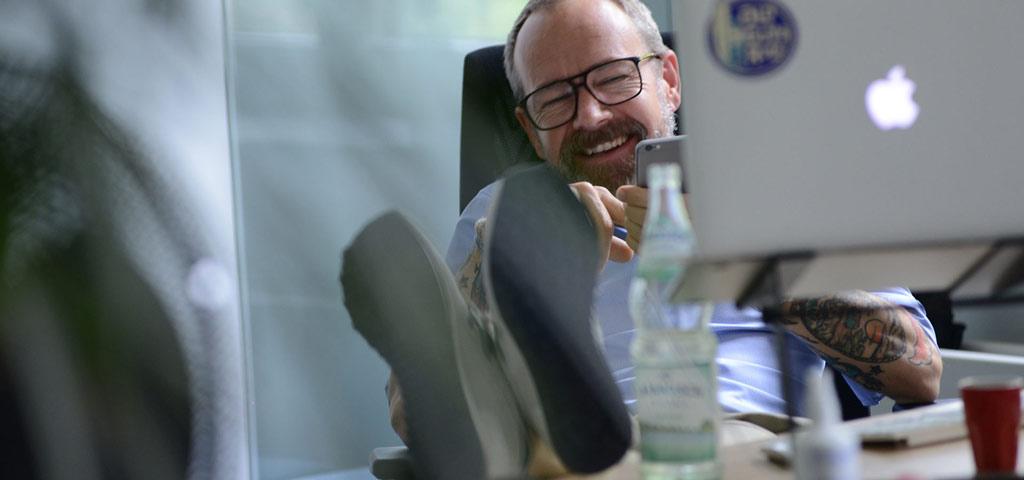 Lachend am Arbeitsplatz